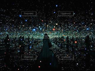 夜の街の景色のようにみえる鏡の部屋の写真・画像素材[776157]