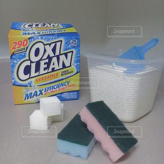 テーブルの上の掃除アイテム - No.785153