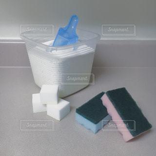 テーブルの上にある掃除道具の写真・画像素材[785168]