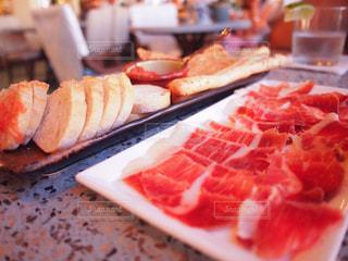 テーブルの上に食べ物の写真・画像素材[916265]