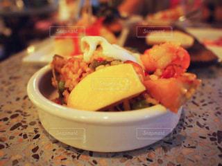 近くに食べ物のプレートのアップの写真・画像素材[916267]