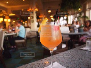ワインとビール、テーブルの上のガラスのボトル - No.927319