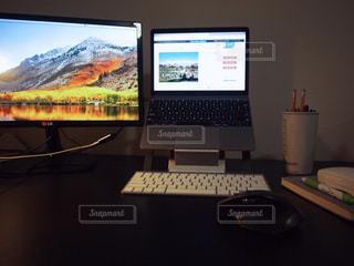 テーブルの上に座ってノート パソコンをデスクの写真・画像素材[943186]