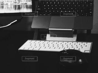 コンピューターのキーボードと机の写真・画像素材[943376]