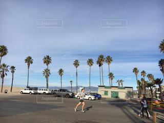 駐車場の人々 のグループの写真・画像素材[977609]