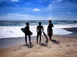 ビーチの砂の上に立っている人のカップル - No.996950