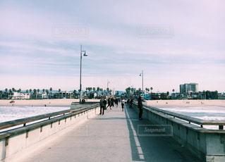 水の体の上の橋の写真・画像素材[996953]