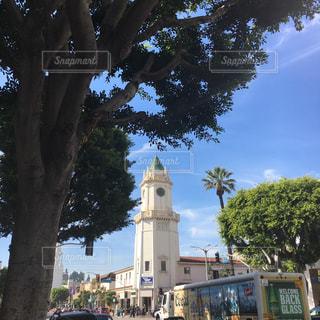 街にそびえる大きな時計塔 - No.996959