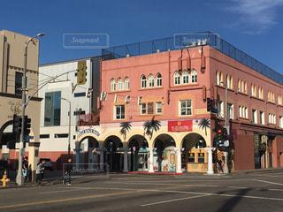 道の端に時計の大きな建物 - No.996995