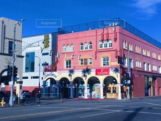 近くに赤の街の通りの建物のの写真・画像素材[996998]