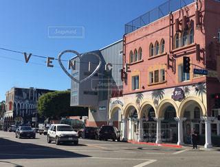 通りの側に時計付きの建物の写真・画像素材[1011038]