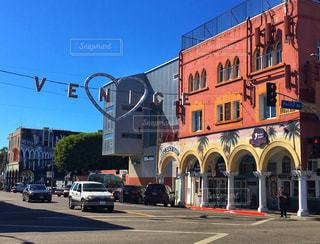 通りの側に時計付きの建物の写真・画像素材[1011041]