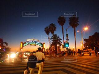 夜のライトアップされた街の写真・画像素材[1028233]