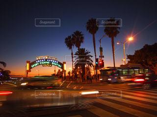 近くに夜のトラフィックいっぱい忙しい街の通りのの写真・画像素材[1028237]