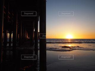 水の体に沈む夕日の写真・画像素材[1028250]