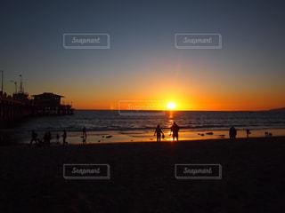 水の体に沈む夕日の写真・画像素材[1028251]