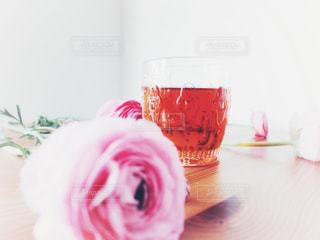 テーブルの上のガラスのコップ - No.1052531