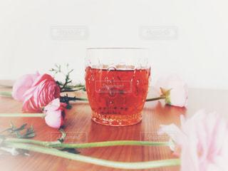テーブルの上のガラスのコップ - No.1052681