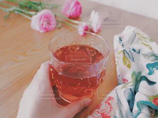 テーブルの上のコーヒー カップ - No.1052683