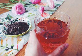 テーブルの上の紅茶のカップ - No.1053490