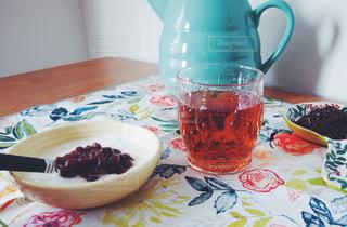 テーブルの上のコーヒー カップ - No.1053625