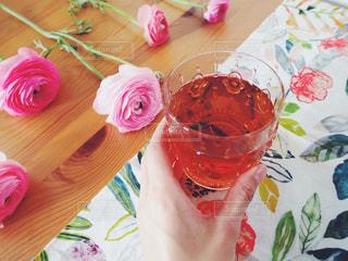近くにテーブルの上のピンクの花のアップ - No.1056391