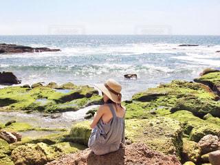 ビーチに座っている人・女の子の写真・画像素材[1136383]