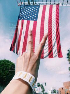 アメリカの旗のアップとピースサインの写真・画像素材[1137856]