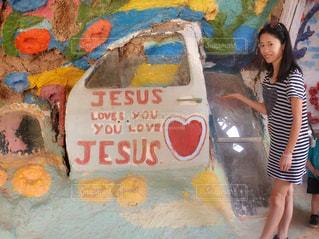 ハート♡と女性 / サルベーションマウンテンにて撮影した女性の写真・風景写真 / アメリカ・ロサンゼルス旅行 - No.1149713