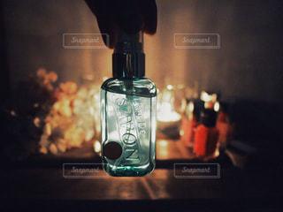 クローズ 指先でつまむボトルのアップ / レールデュサボンのローズシャボンの香りにつつまれる夜の写真・画像素材[1169175]