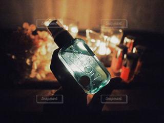 【レールデュサボン】ほのかにローズシャボンの香りがするパフュームジェリーを持つ手の写真・画像素材[1169317]