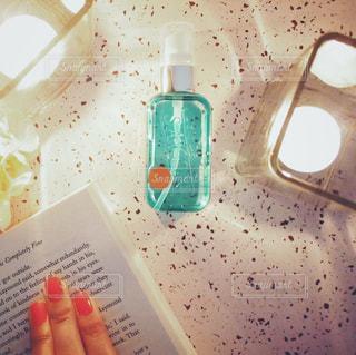 読書タイム☺︎レールデュサボンのローズシャボンの香りに癒されるながら / 水のボトルを持っている手 - No.1172002