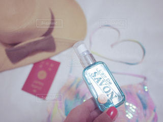 レールデュサボンのかわいいブルーのボトルを片手にの写真・画像素材[1178126]