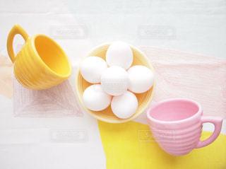 テーブルの上のコーヒー カップ たまご タマゴ 卵 eggの写真・画像素材[1194513]
