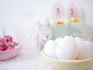 ボウルに並べた白いたまごのアップ 殻付き 鶏卵 イースターの写真・画像素材[1199989]