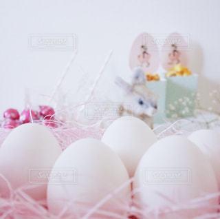 たくさんの殻付き白たまご ピンクと白の花の写真・画像素材[1201584]