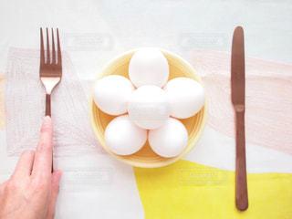 殻付き白たまご 玉子 タマゴ ナイフ フォークの写真・画像素材[1201669]