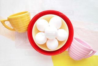あか × ピンク ×きいろ カラフルな色の食器とたまごで朝のパワーチャージの写真・画像素材[1201768]