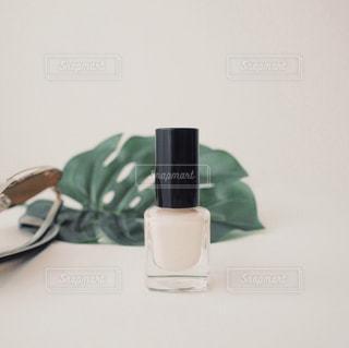 テーブルの上に白い花瓶の写真・画像素材[1209595]