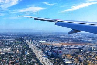大型の飛行機が空を飛んでいます / ロサンゼルス国際空港 (LAX) 着陸前 飛行機の窓から見えたロサンゼルスの景色・風景の写真・画像素材[1218906]