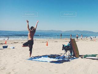 砂浜の上に立つ人々 のグループ トレーニング  男性 マッチョ サーファーの写真・画像素材[1240539]