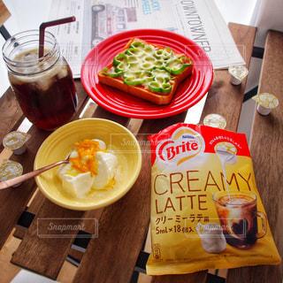 ネスレブライト ラテ おうちカフェ / 食品のプレートをのせた木製テーブルの写真・画像素材[1241547]