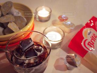 夜 おうちカフェ ネスレブライト ラテ コーヒーゼリー ポーション / テーブルの上のコーヒー カップの写真・画像素材[1244678]