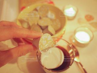 夜 おうちカフェ ネスレブライト ラテ コーヒーゼリー ポーション / 食品のプレートを持っている人の写真・画像素材[1245013]