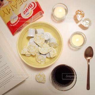 ネスレブライト おうちカフェ ラテ コーヒーゼリー / 近くのテーブルの上に食べ物をの写真・画像素材[1246760]