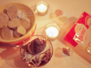 ネスレブライト ラテ おうちカフェ ミッドナイト 夜 アイスコーヒー コーヒーゼリー テーブルフォト / 近くのテーブルの上の皿の写真・画像素材[1246766]