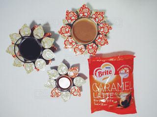 ネスレ ブライト おうちカフェ ラテ アイス キャラメル ポーション アート ヒマワリ / テーブルの上のチラシのスタックの写真・画像素材[1250987]