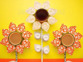 ネスレブライト おうちカフェ ラテ ポーションアート / 近くに黄色い壁のアップの写真・画像素材[1252036]
