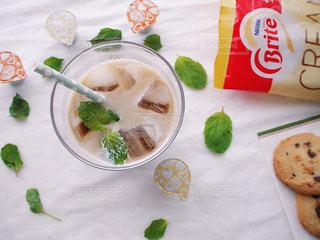テーブルフォト ネスレブライト ラテ おうちカフェ アイスラテ クリーミーラテ用 ポーション アイス ミントコーヒー / テーブルの上に食べ物のプレートの写真・画像素材[1267856]
