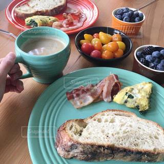 テーブルの上に食べ物のプレート ワンプレートご飯の写真・画像素材[1271410]